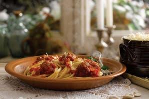 Linguine con salsa de tomate y albondiguitas de carne
