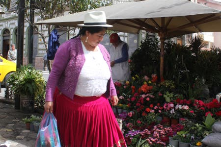 Color local: las cholas y los mercados callejeros