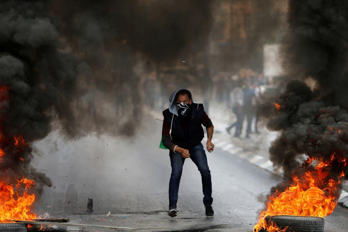 Soldados israelíes se enfrentan a manifestantes palestinos