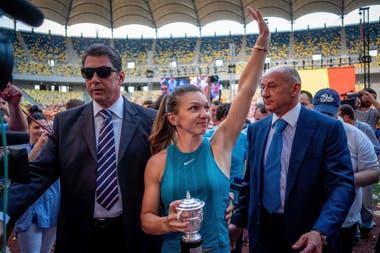 Simona Halep saluda a sus seguidores en el Estadio Nacional de Bucarest