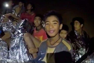Los chicos, en la cueva