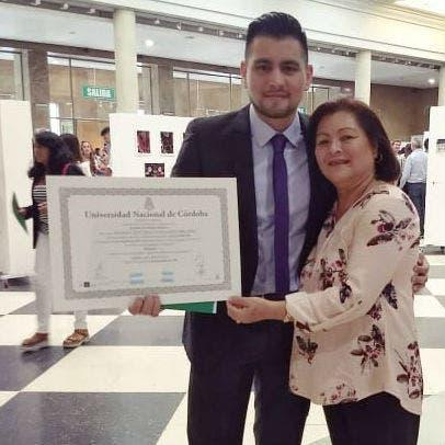 La mamá de Rodney llegó de Venezuela justo el día que le entregaron el título