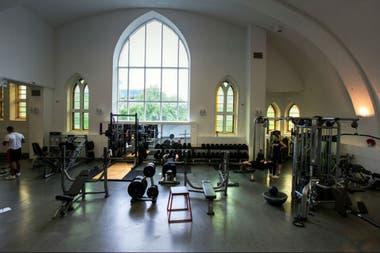 Las ventanas neogóticas de la iglesia parecen incongruentes con la sala de pesas de Saint Jude