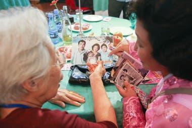 La surcoreana Jeon Hye-ok de 90 años, habla con su sobrina del norte de Corea, Kim Yoon Kyong 56 aÑOS