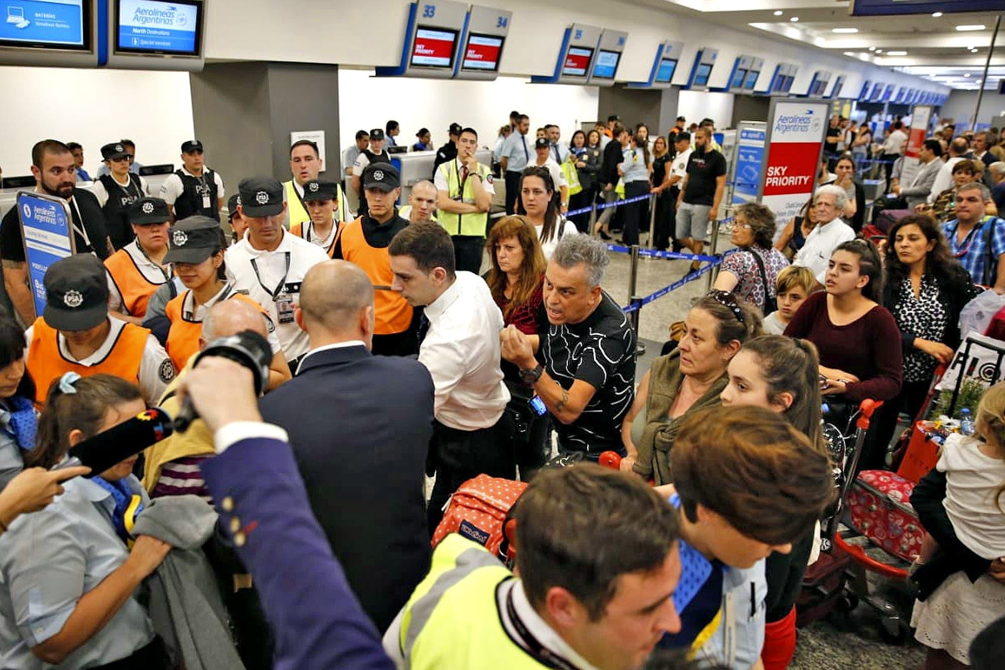 Se levantó la medida gremial en Aerolíneas después de 10 horas y 258 vuelos cancelados