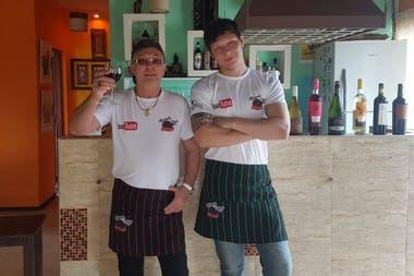 Schiariti con su hijo Facundo, con el que hace un programa de cocina por YouTube