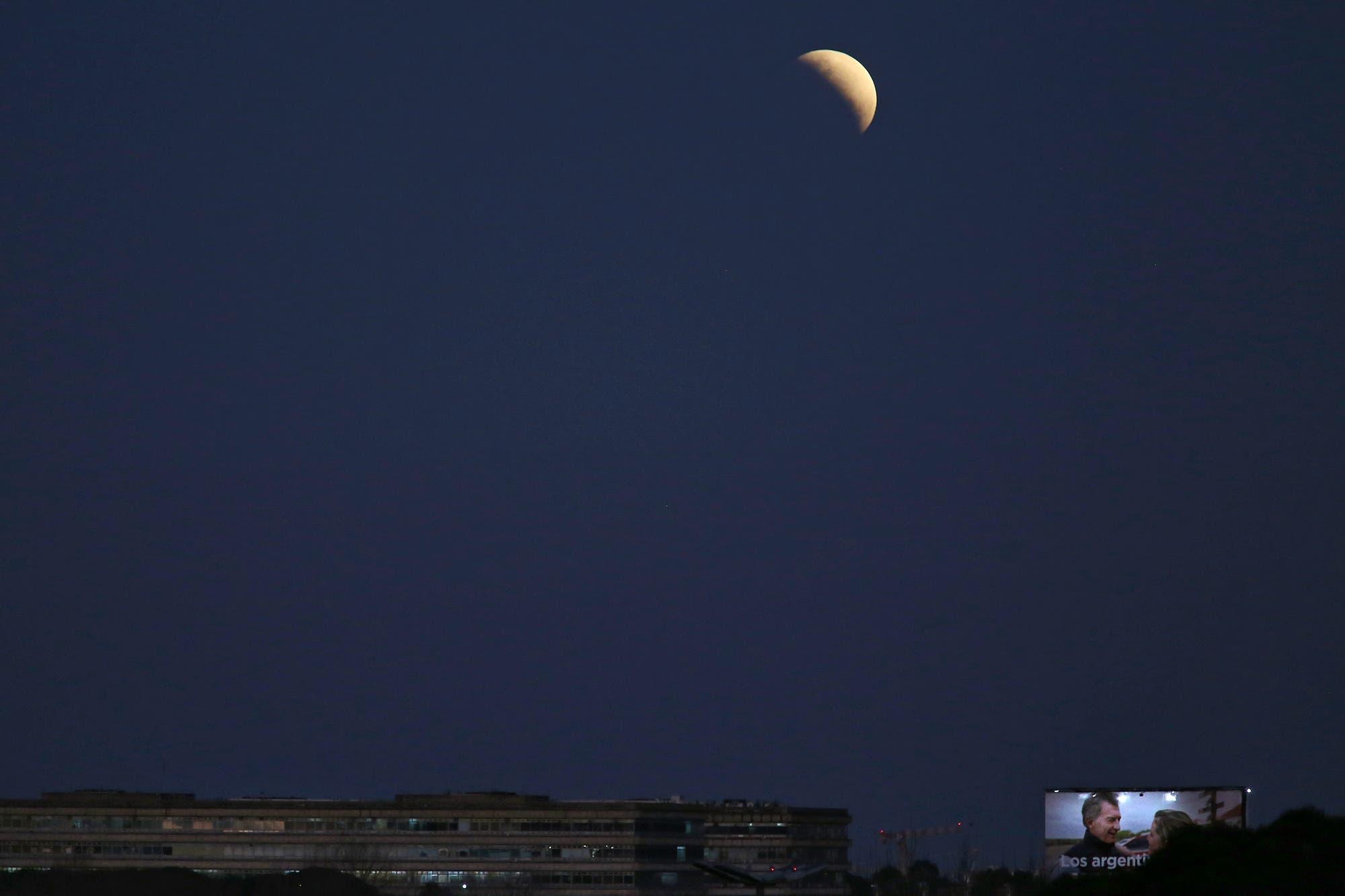 La luna se tiñó de rojo durante el último eclipse del año