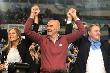 Gustavo Alvarez, a la derecha, pidió votar por Mauricio Macri y María Eugenia Vidal