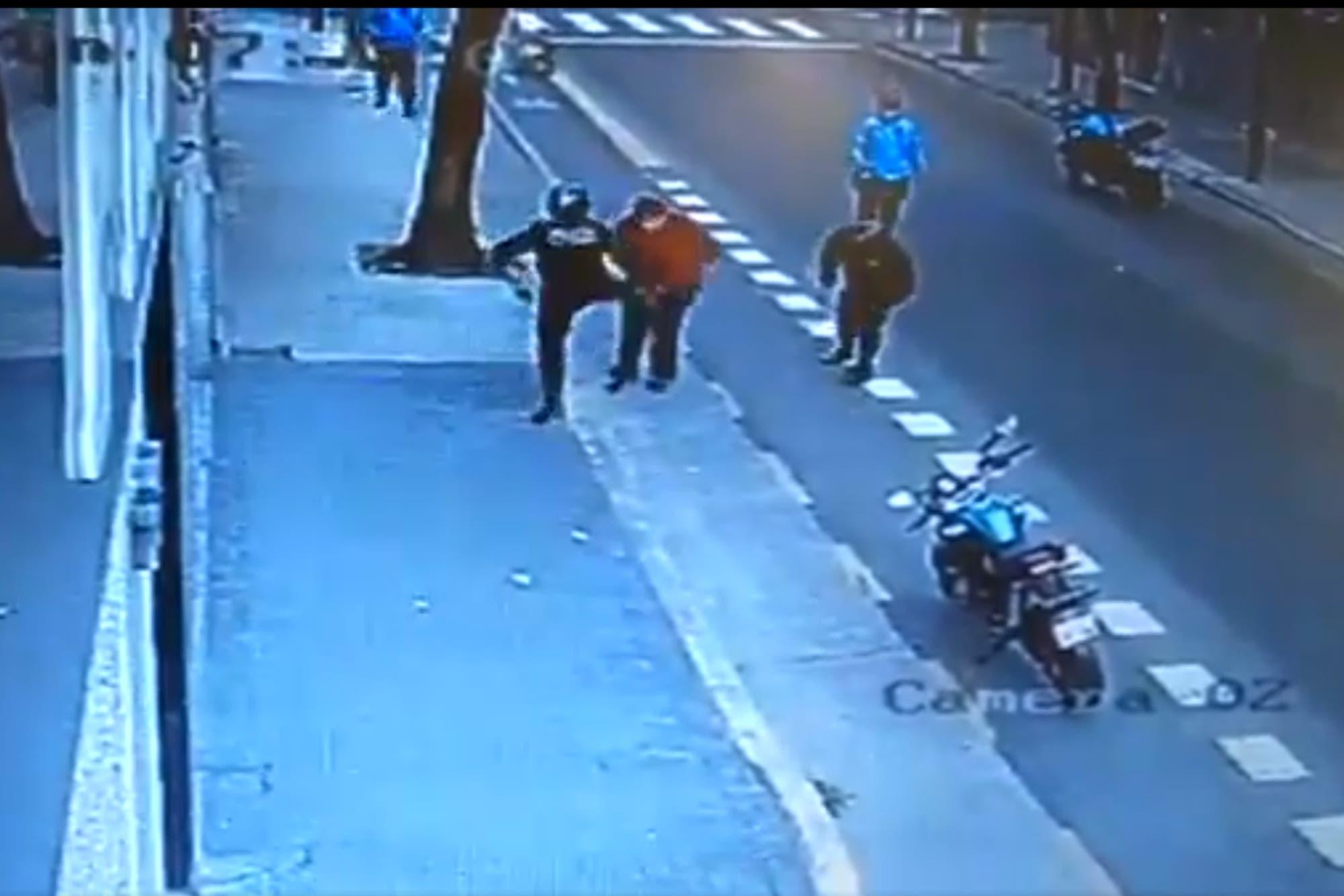 Video: un policía de la Ciudad le pegó una patada, cayó contra el asfalto y murió