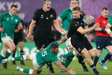 El centro Jack Goodhue encabeza un ataque a fondo de los All Blacks, ante la impotencia de Irlanda
