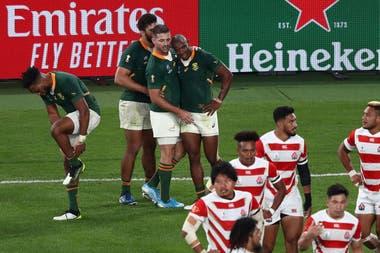 Los jugadores sudafricanos celebran un try, ante la decepción de los locales.