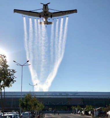 El avión está equipado con termonebulizadoras, mochilas y dos máquinas pulverizadoras exteriores de 150 y 600 litros