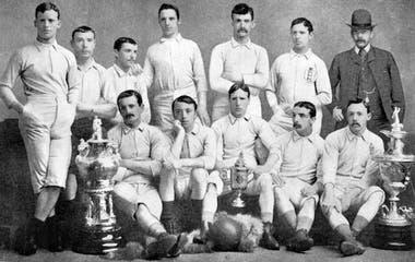 Fergus Suter jugó en Patrick, Darwen y Blackburn Rovers; ganó tres veces seguidas la FA Cup en la década de 1880
