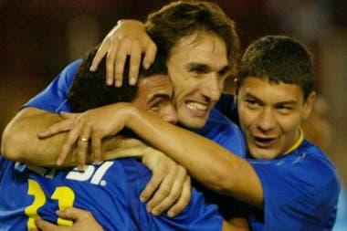 Tiempos felices: Carlos Tevez, Rolando Schiavi y Battaglia en el Boca de 2003, campeón argentino, sudamericano e intercontinental.