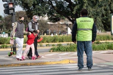 Los concientizadores son casi 1000 empleados públicos de la ciudad que fueron reasignados a tareas en la vía pública durante la cuarentena
