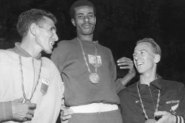 Bikila en el podio de la maratón de Roma 1960, junto al marroquí Rhadi Ben Abdesselam (plata) y el neocelandés Barry Magee.