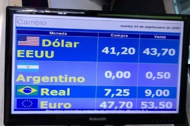 La pantalla de una casa de cambios de Montevideo para la que el peso argentino cotiza en cero para la compra