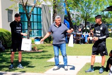 Claudio Tapia pasó por el predio de la AFA con regalos por los cumpleaños de Lucas Alario y Exequiel Palacios.