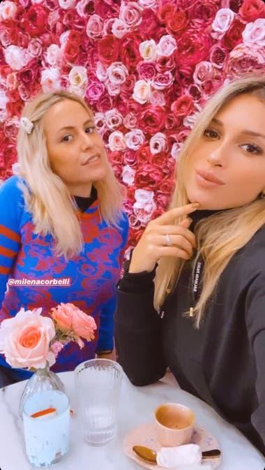 Agustina Gandolfo, con su amiga, Milena Corbelli. Crédito: Instagram