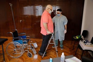 Leonel Pigliapoco, de 62 años, se está rehabilitando luego de padecer un cuadro grave de coronavirus; la enfermedad le dejó secuelas motoras