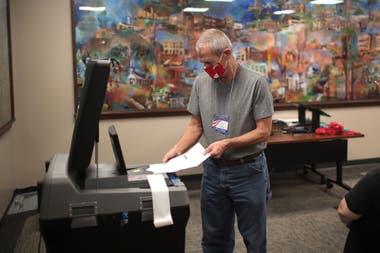 Los funcionarios electorales comienzan a contar loe voto en ausencia en el ayuntamiento el de Beloit, en Wisconsin