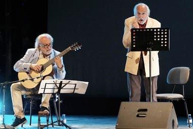 Héctor Alterio y el guitarrista José Luis Merlín en Madrid, en la obra Como hace 3000 años