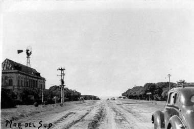 Mar del Sud y Boulevard Atlántico hacia los años 50. Sobre la izquierda puede verse su emblemático hotel. A dos kilómetros de allí fue encontrada la lápida