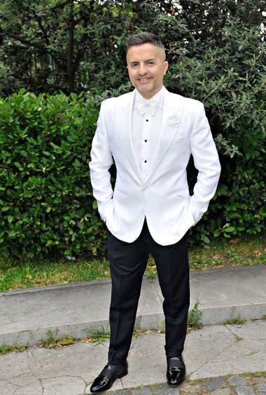 Ángel de Brito optó por un pantalón negro y un saco blanco, para crear un look diferente