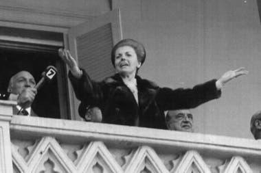 En 1975, al lado de José López Rega, Isabel Perón da un discurso desde el balcón de la Casa Rosada