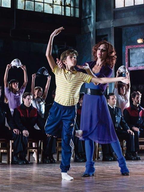 La gran Natalia Millán y el niño Pau Gimeno, en una de las escenas más complejas y elocuentes de Billy Elliot