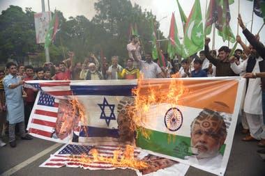 Manifestantes quemaron banderas de EE.UU, Isarel e India con las caras de sus respectivos presidentes