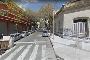 El cuerpo de la menor fue hallado entre dos autos, a metros de Terrada y Bacacay