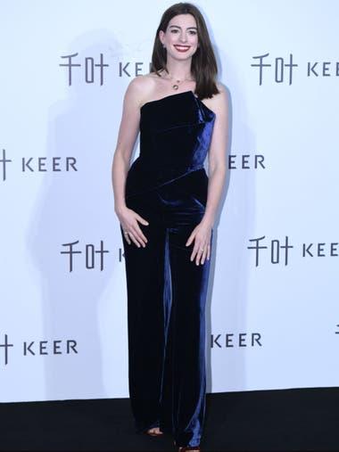 Anne Hathaway en un evento en Beijing, bellísima en un diseño de terciopelo azul