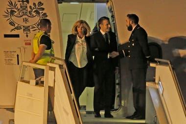 Emmanuel Macron llegó a la Argentina acompañado por su esposa