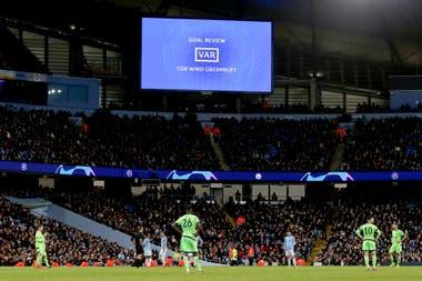Revisión de gol en el partido de Manchester City y Schalke 04