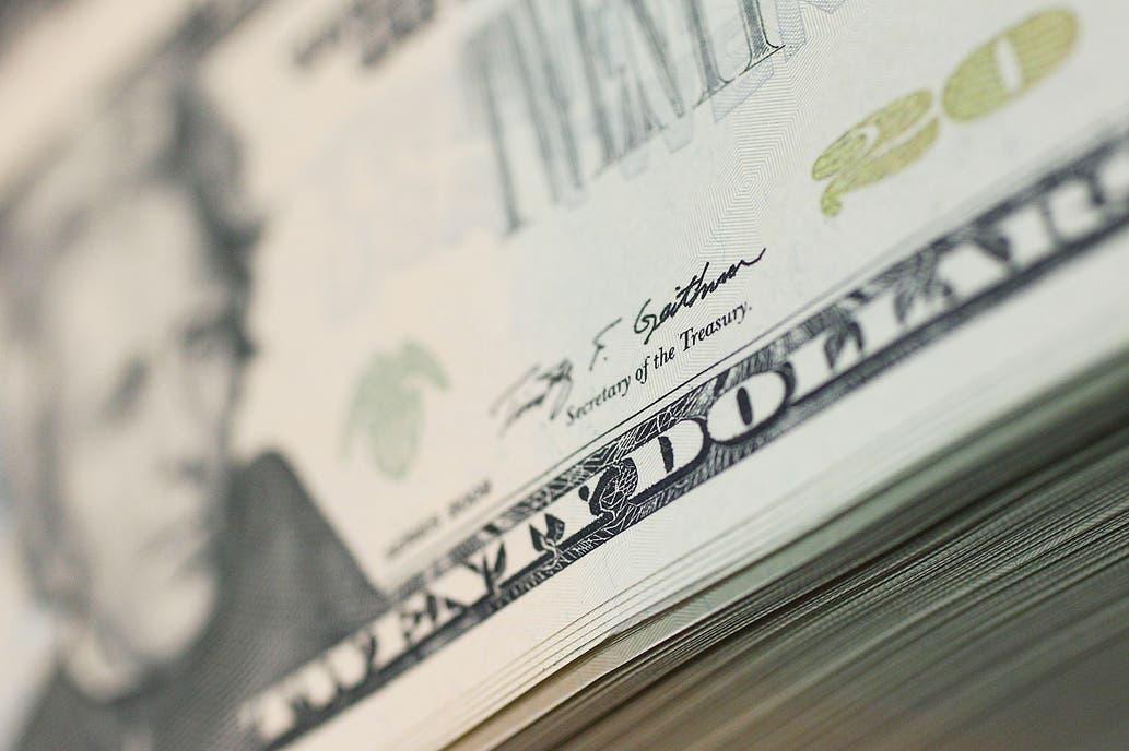 """Advertencia de bancos a clientes por incremento """"inusual"""" de transferencias de dólares"""