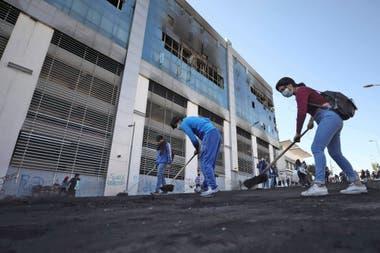 Manifestantes que rechazaban medidas de austeridad lucharon contra la policía durante días, dejando montones de neumáticos, árboles y material de construcción en llamas.