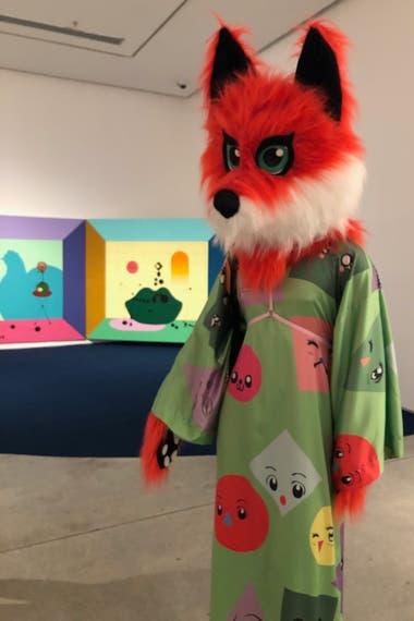 La muestra incluye personas con máscaras peludas de gato, oso y zorro