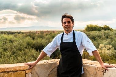 Lucas Olsece, chef de Rosell Boher Lodge, en la terraza del guest house