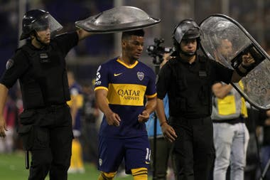 Fabra se fue expulsado. La roja condicionó el planteo de Boca en el cierre del partido.