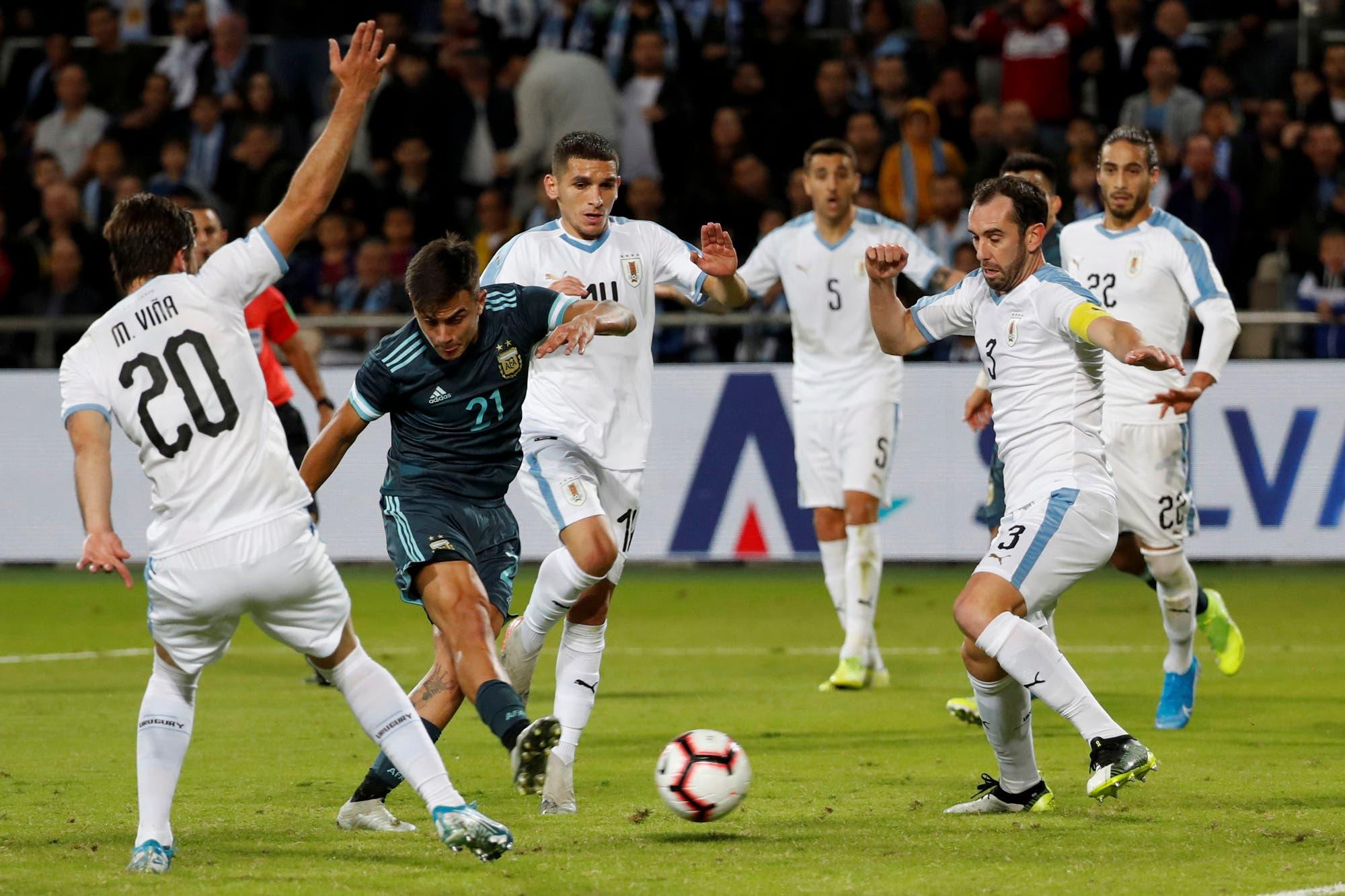 Argentina-Uruguay. ¿Mano de Dybala? El gol que no fue para la selección