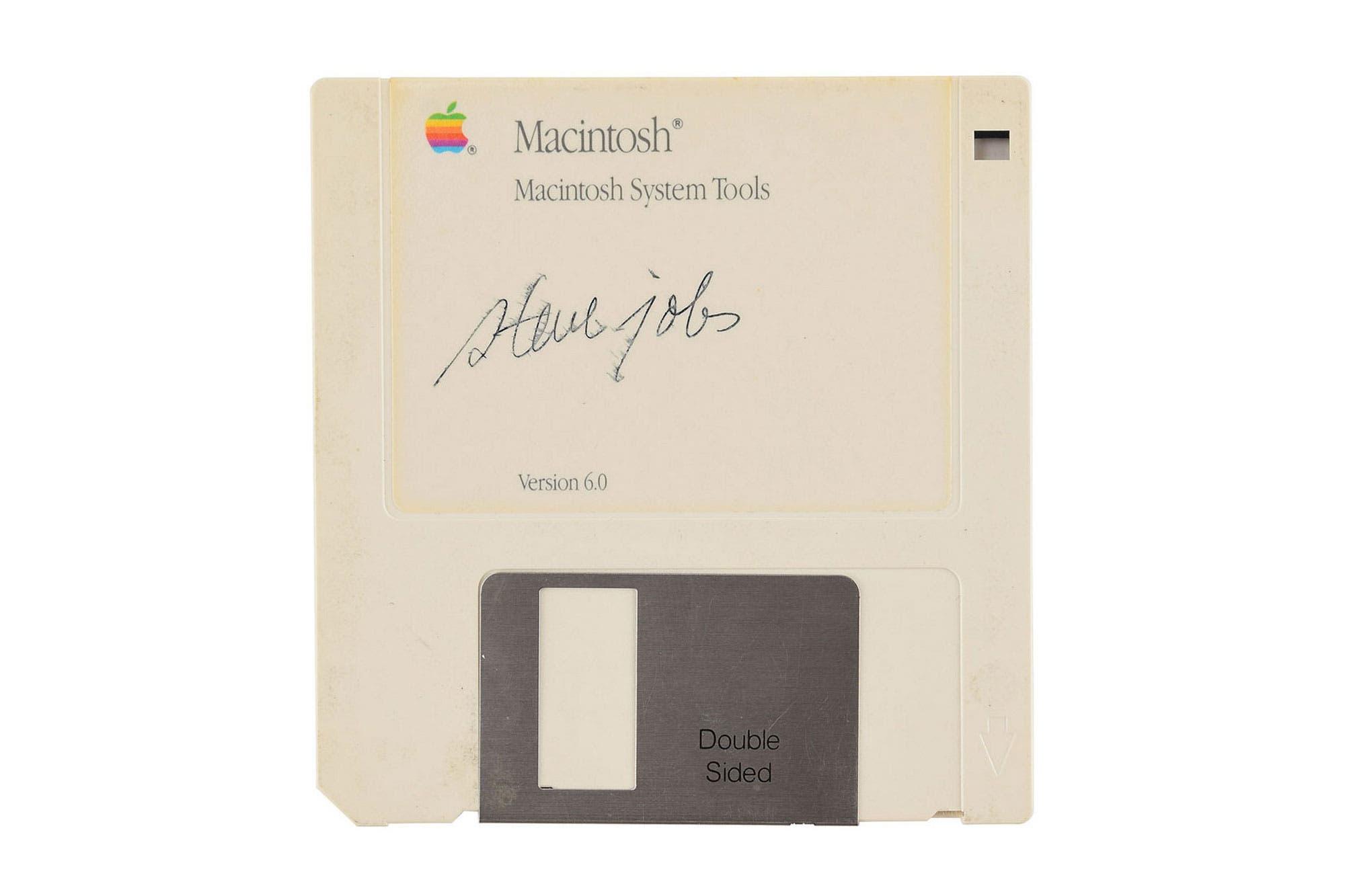 El disquete más caro: 7500 dólares por un floppy disk de la Macintosh de Apple con la firma de Steve Jobs