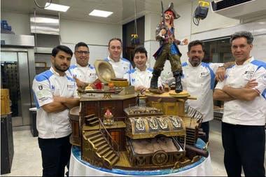 La selección argentina de heladeros artesanales junto a la escultura gigante de helado con temática de Piratas del Caribe, la cual eligió para basar sus elaboraciones durante toda la competencia