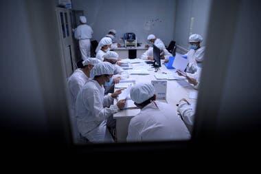 Reunión de trabajo en Yinsheng Biopharma, una de las compañías chinas que buscan la vacuna para el Covid