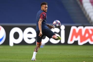 Neymar se divierte en el último entrenamiento antes de la final