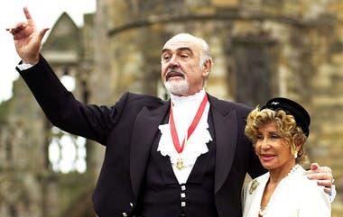 Sean Connery junto a su esposa Micheline, luego de ser nombrado Caballero por la Reina Elizabeth en 2000