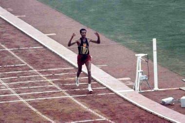 Bikila se consagró bicampeón olímpico de Maratón en Tokio 1964. Es la única persona con semejante logro