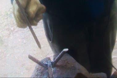 La banda fabricaba los miguelitos que usaba para intimidar a los camioneros