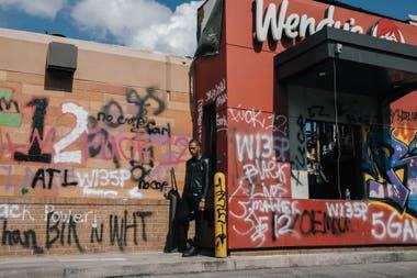Lil Baby afuera del Wendy's donde Rayshard Brooks fue asesinado por dos policías el 12 de junio