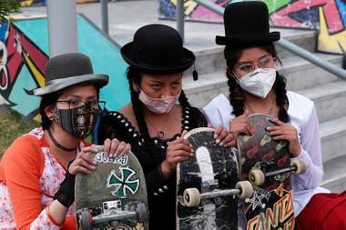 En fotos. Jóvenes bolivianas promueven el skate vestidas de cholas - LA  NACION